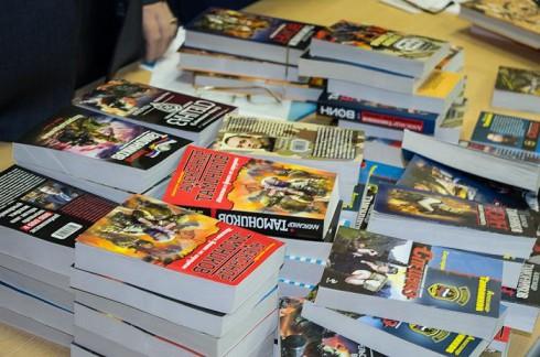 Книги писателя Александра Тамоникова перед вручением участникам встречи
